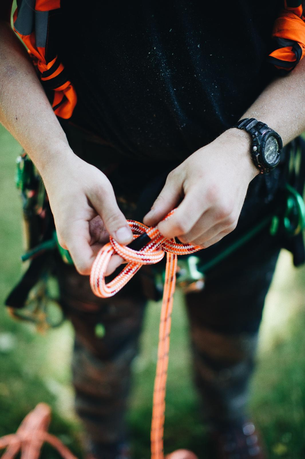 a man hand tying a rope